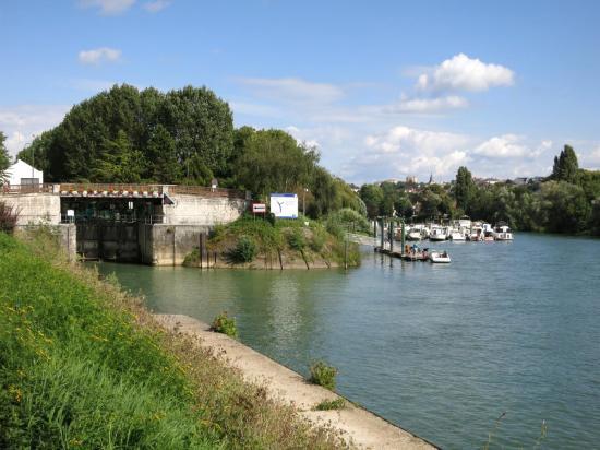 Le port de plaisance de Neuily-sur-Marne (Marne à droite, canal de Chelles à gauche)