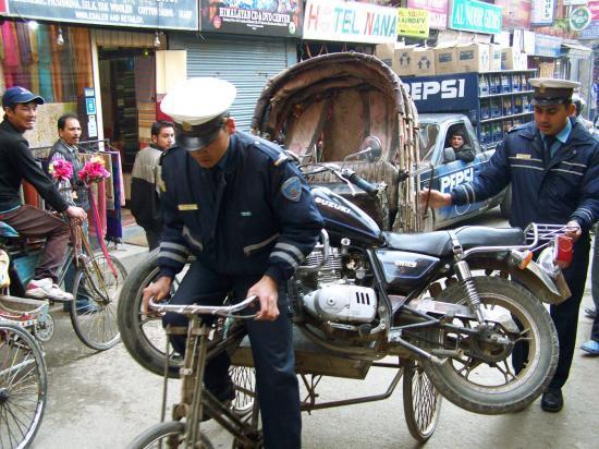 Scène d'enlèvement d'une moto mal garée à Thamel…