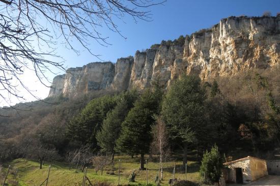 Sous les falaises du plateau du Vellan