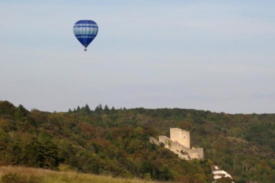 Montgolfière au-dessus du donjon de la Roche-Guyon
