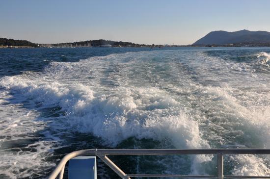 Navigation en rade de Toulon avec la navette 18M (au fond Les Sablettes et ND du Mai)