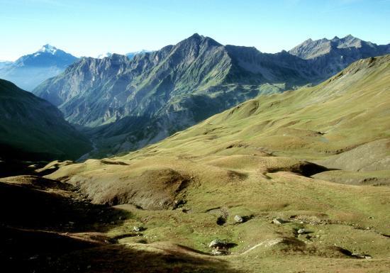 Au col de la Croix du Bonhomme (le Mont Pourri dans le lointain)