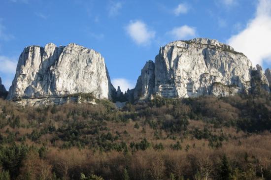 Les Deux-Soeurs, rochers faisant partie des falaises de la montagne de l'Epenet