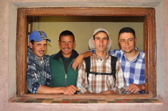 Photo de famille à Tachedirt : Hussein, Hussein, Abdellatif et Omar