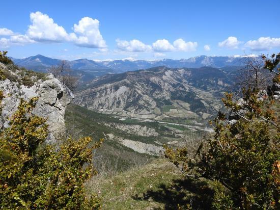 Vue plongeante sur la vallée de la Drôme et les contreforts S du Vercors depuis le château de Barry