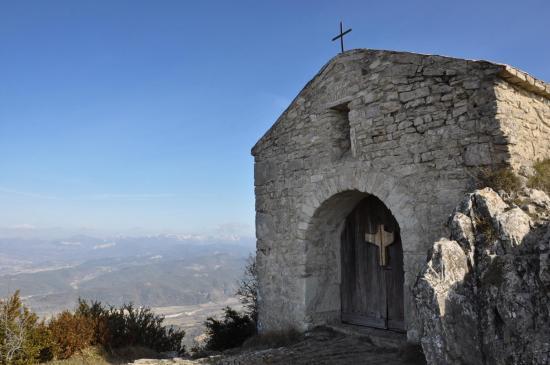Sur la crête, la chapelle Saint-Médard