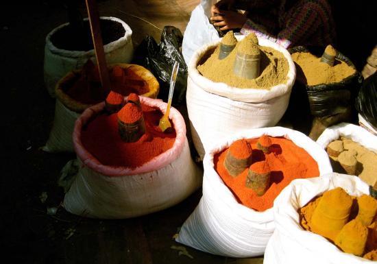 Sacs d'épices sur les marchés dans les rues de Kathmandou