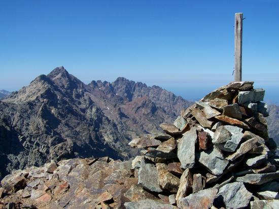 Au sommet du Capu Biancu (au loin Monte Cinto et Punta Minuta)