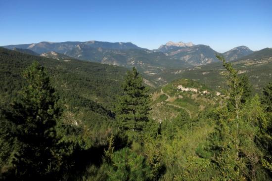 Le village d'Aucelon avec à l'horizon Couspeau et les Trois Becs