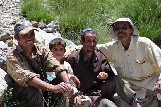 Aux azibs Aoun, le jeune Mohamed entouré de ses oncles