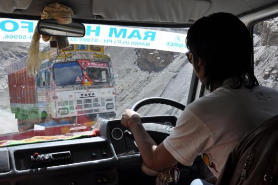 Notre émérite chauffeur sur les routes du Spiti...
