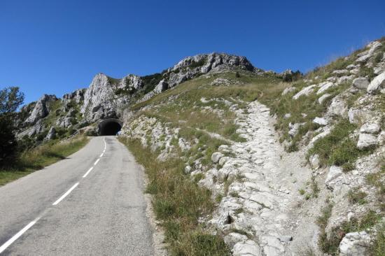 Col de la Bataille (tunnel à gauche et col naturel à droite)