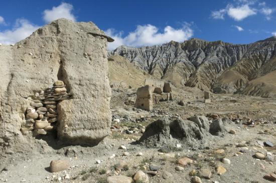 Le village d'Akiama au pied des falaises grises de Ghemi