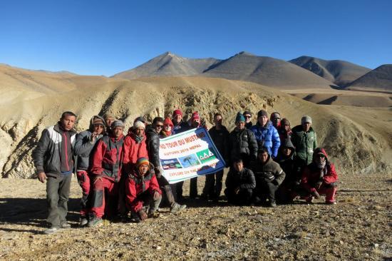 Le groupe en entier (sauf le photographe...) devant le massif du Gaugiri