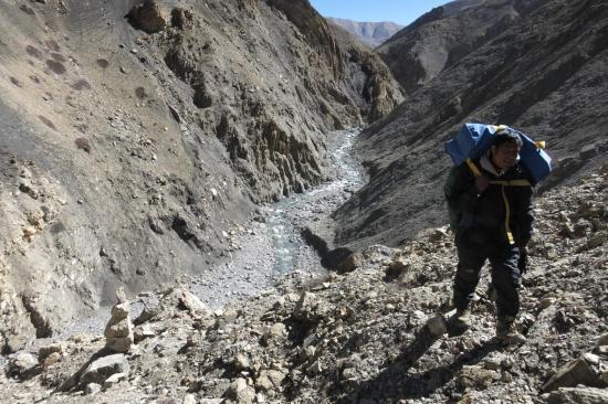 Dos au plateau du Damodar, Bhim dans la première montée (facile à identifier : c'est après la banquelle morainique en RG et c'est cairné !)