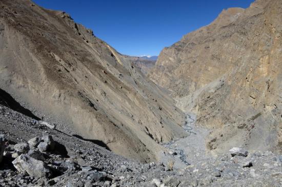 Du haut de l'épaule à 4705m, on distingue la pente d'herbe qu'il va falloir remonter (et son inclinaison...)