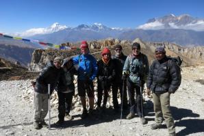 Dernier jour de trek sur la Siyarko Tangk danda (les deux Bhim, Martial, Anne-Marie, Marinus, Dominique et Bhoras)