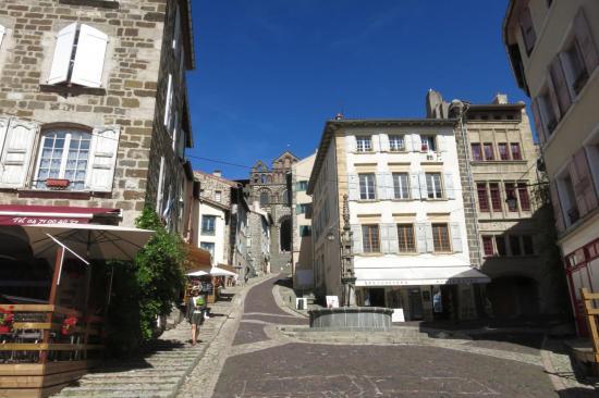 Dans les rues de la Murat médiévale