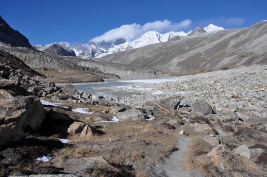 Seto pokhari (on devine au fond, cachés par les nuages, Sagarmatha et Lhotse