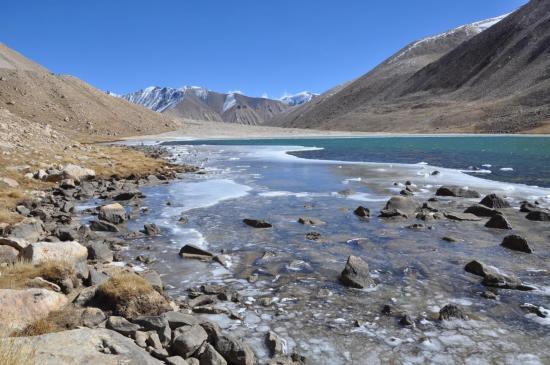 Descente vers la vallée de la Ghyun khola et passage au lac