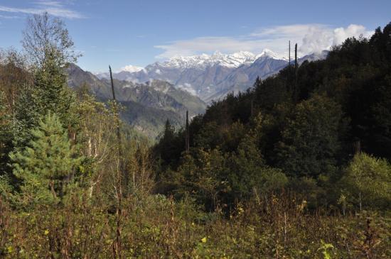 Les montagnes du lower-Dolpo vues depuis la clairière sous le Jang La