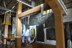 L'intérieur de la salle de prières de la gompa de Phuktal avec les thangkas collées sur le mur