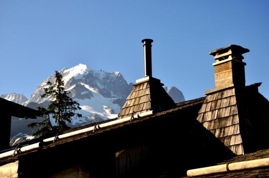 L'Aiguille Verte apparaît derrière les cheminées des maisons de Tré-le-Champ