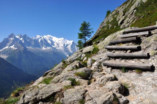 Les marches du sentier de l'Aiguillette d'Argentière (Mont-Blanc à l'horizon)