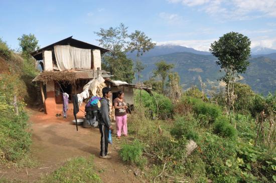 A Gothpani face à la colline de Charikot : purano bato cha ki chaina ?