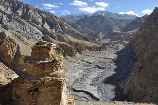 Passage aux chortens juste avant de descendre dans la vallée de la Chhuchhu gompa khola