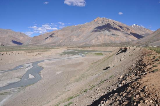 Le long de la Lingti Chu, à l'approche de Sarchu (à D le Sarchu Peak)