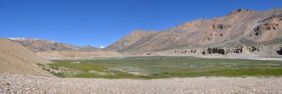 La plaine alluviale de Sarchu (Lingti Chu en face avec au fond le sommet du Khamberop, Yunam Chu à G)