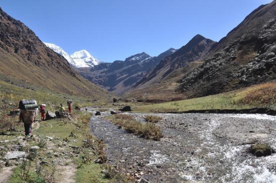 Le bucolique vallon qui conduit au Bharbhare Lagna