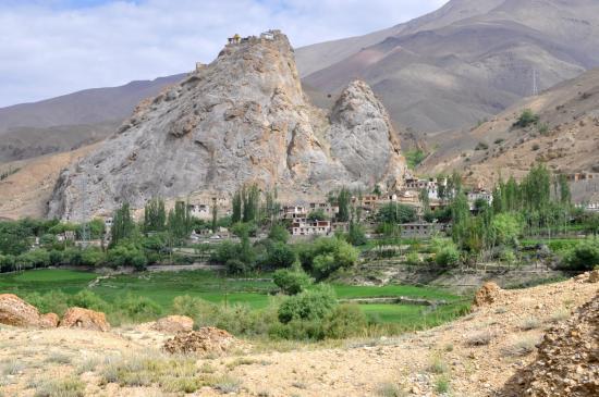 Le bourg de Mulbek et la gompa perchée sur son rocher