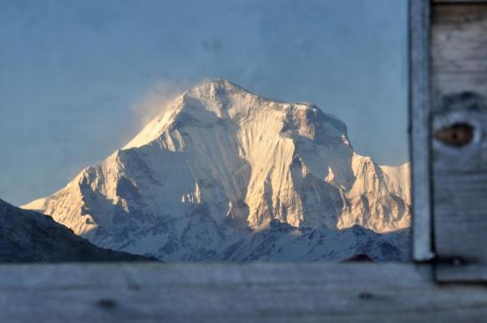 Se reflétant dans une fenêtre du refuge de Bayeli, une vision renversante du Dhaulagiri...