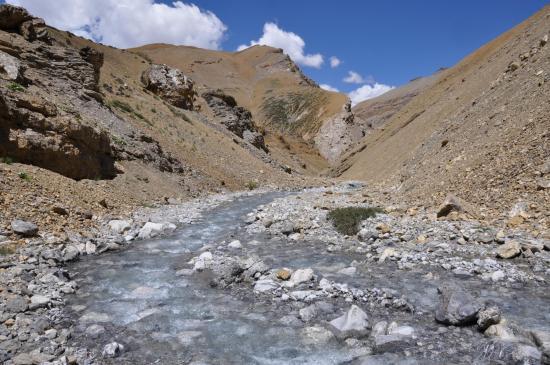 Le lendemain matin, remontée de la rivière qui descend du Langpo La