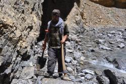 Mutup ramenant des outils de terrassement...