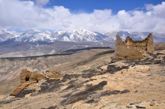 Les ruines de la gompa de Kimbu (au fond Mansail et Mustang himal)