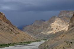 Dans la montée du Nakee La : au loin, avis d'orage violent sur le Marang La...