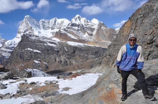 Un des deux guides sherpas de l'agence Khumbi Ila qui ont encadré le groupe sur ce périple (dans la montée vers le Mera La avec en face le Charpote himal)