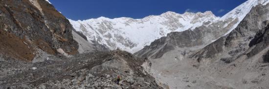 Le Kangchenjunga dans toute sa majesté à l'approche d'Oktang