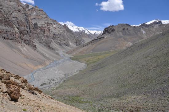 Leschun Togpo : tout en bas du cliché, à l'extrémité du thalweg, le camp en bord de rivière
