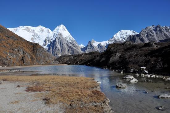 Au retour de Ramchaur, on ne se lasse pas (en se retournant...) de la vision des Kabru, du Rathong & du Kokthang