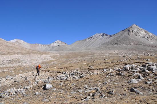 Au Chanagor La BC (l'Araniko Chuli à gauche, le Col des Lacs au centre)
