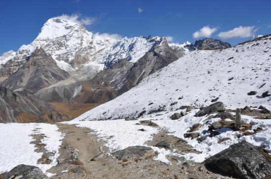 Le Chamlang apparaît alors que l'on descend sur Kongme dingma