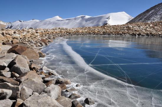 Au Col des Lacs (ici le petit lac et en arrière-plan les Panch himal)