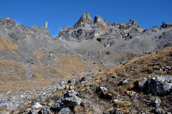 Le monolithe entre Mirgin La et Sinion La