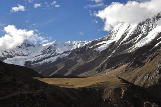 A Lasa, vue sur le vallon fermé par le Lhashamma et le Kang Chunni