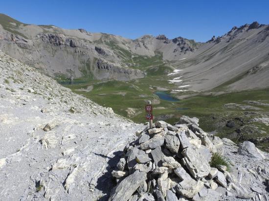 Vue plongeante sur la combe des lacs Escur depuis le collet du Peyron
