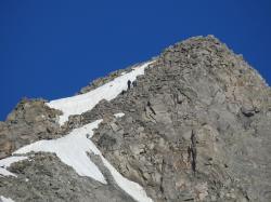 Des alpinistes sur l'arête sommitale de la Pointe Brevoort
